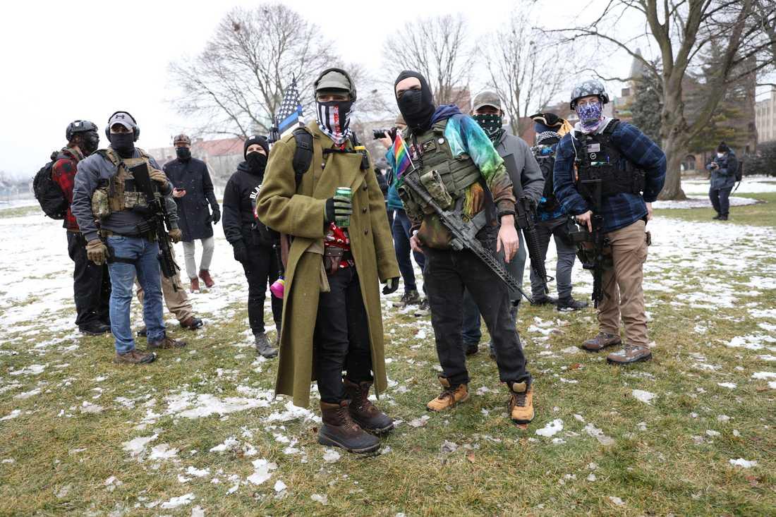 Protesterar - med automatvapen.