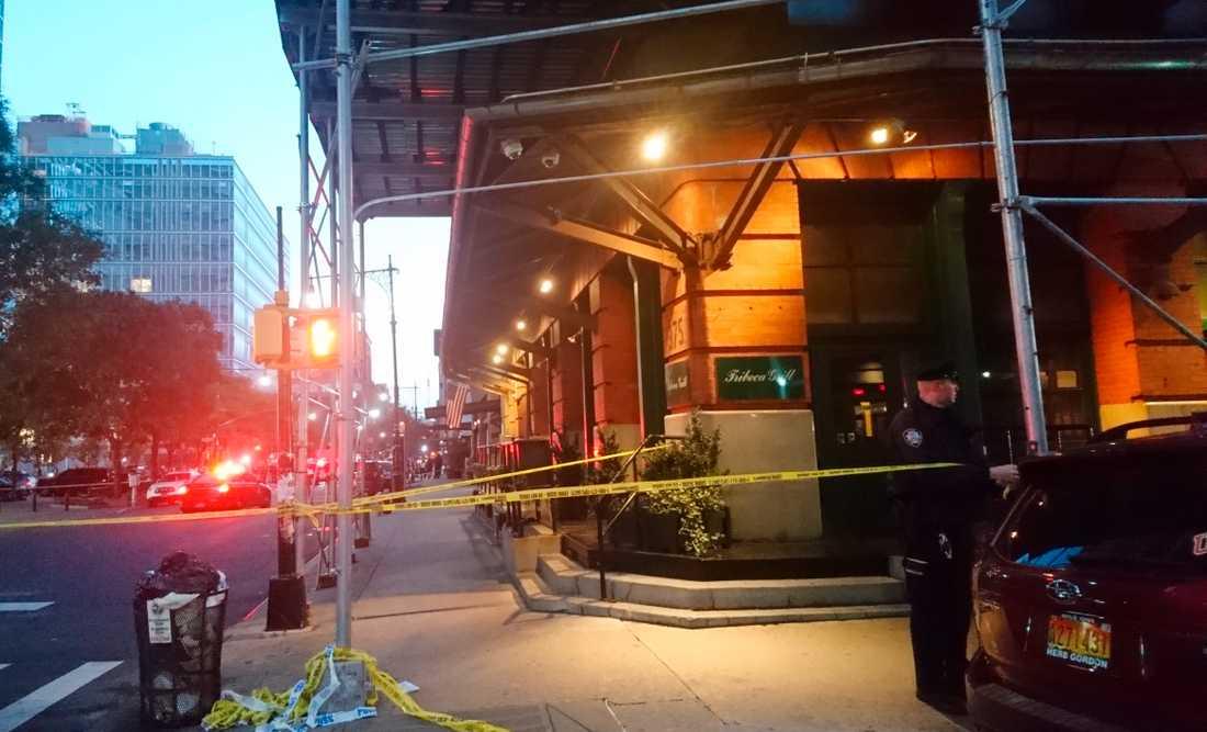 En polis sätter upp avspärrningsband utanför Robert De Niros restaurang Tribeca Grill i New York.