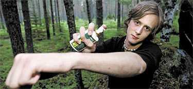 """OMSVÄRMAD Aftonbladets reporter Clarence Frenker ger sig ut i en av landets värsta myggområden och är beredd att offra sin ena arm i vetenskapens namn. Men det nya """"naturliga"""" myggmedlet visar sig vara effektivt."""