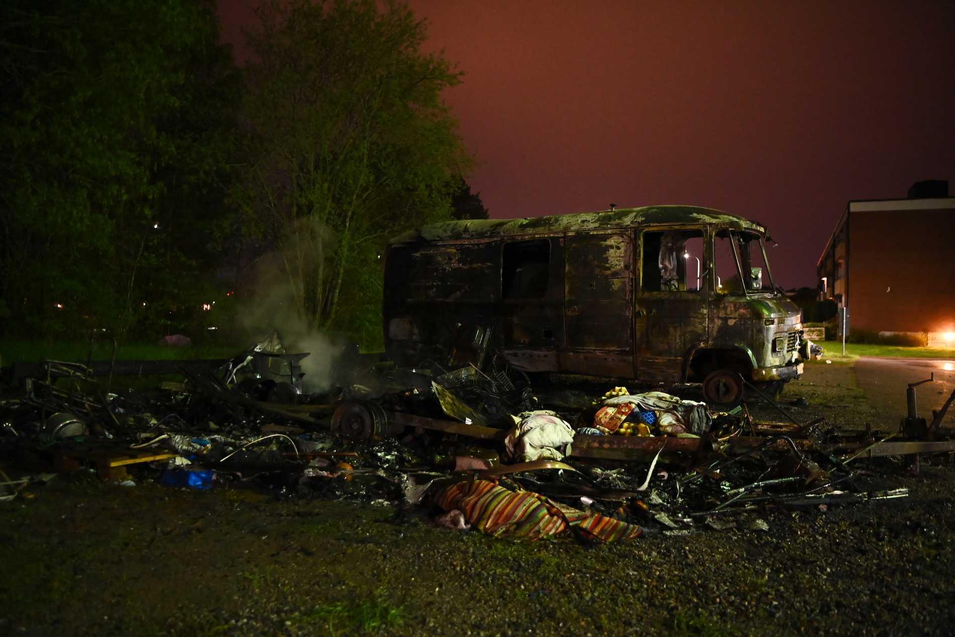 Flera bilar eldhärjades svårt i natten brandkaos.