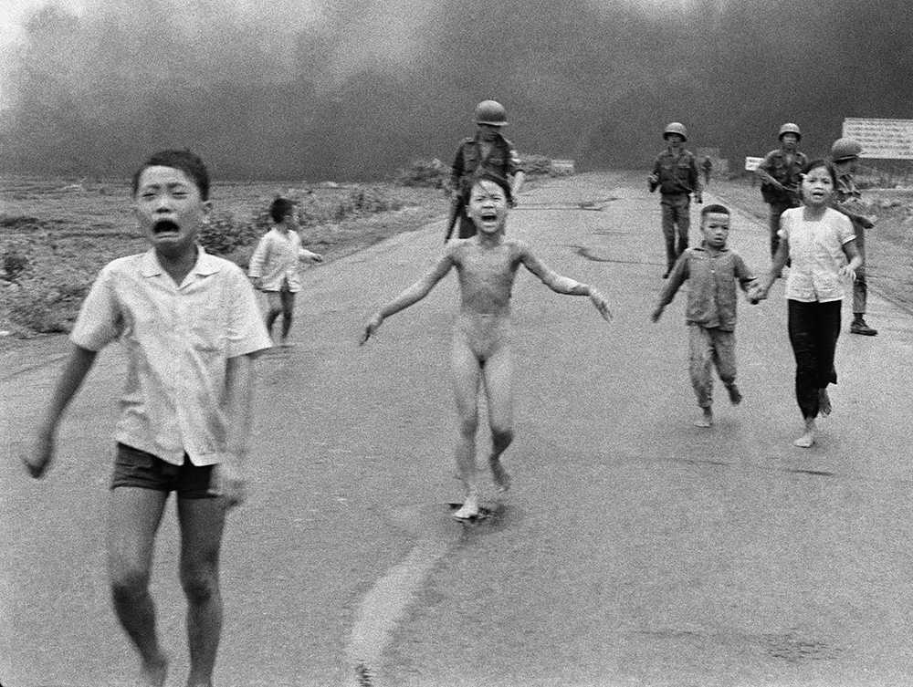 Det sägs att fotografiet på den nakna flickan som brann av gul, klibbig napalm påskyndade USA:s sorti ur Vietnam.