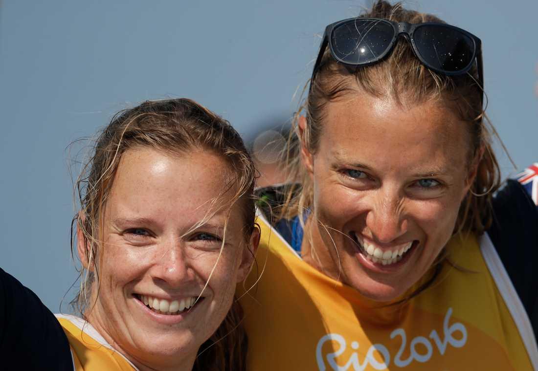 Hannah Mills, tv, tillsammans med sin seglingspartner Saskia Clark.