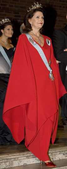 Drottning Silvia Rött är rätt. En av höstens stora accentfärger som Silvia vågar bära. I den svarta frackmassan sticker hon ut och lyser upp – både med färg och form. Förra året bar hon vitt, rött är ett betydligt mycket bättre val. Silvia klär i färg. Betyg: 4/5