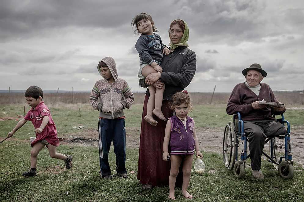 Felicia Radu i rumänska Pauleasca har fyra barn, 2, 4, 5 och 10 år gamla. Morfar Angels dröm är att resa iväg och försöka tigga ihop till att bygga ett litet hus åt familjen.