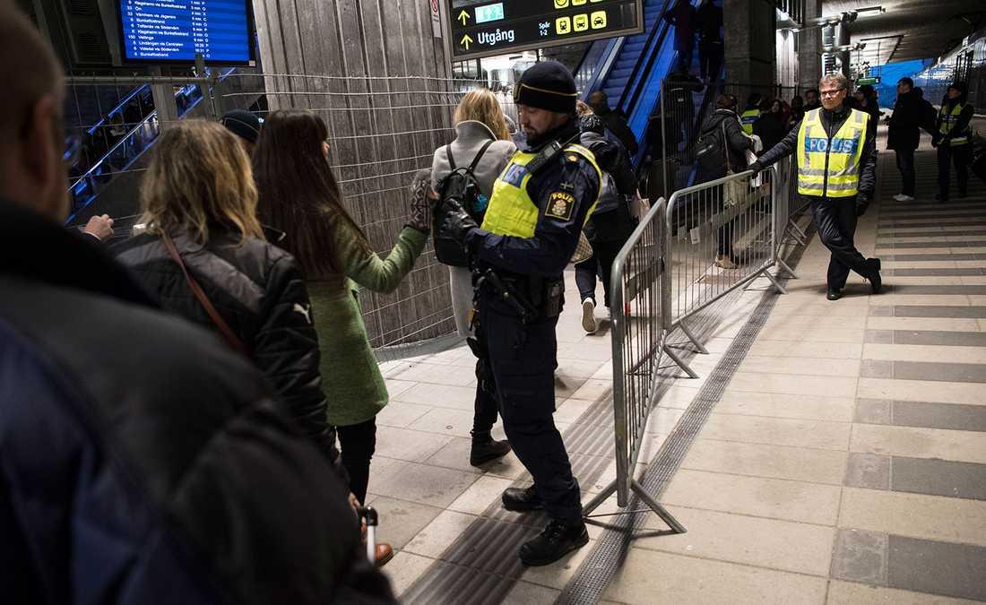 Passagerare visar id-handlingar i kontrollen på station Hyllie utanför Malmö.
