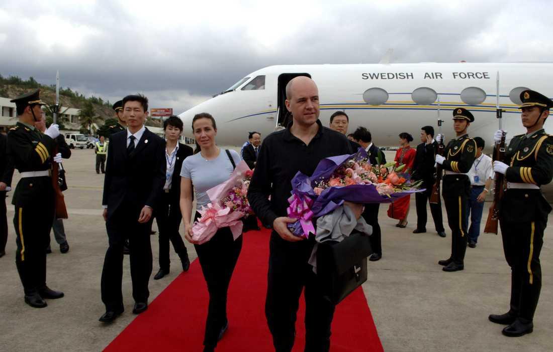 MYSPYS PÅ RÖDA MATTAN. Paret Reinfeldt klev av regeringsplanet i bekväma myskläder. Den lediga stilen får bassning från etikett-experter på hemmaplan, som menar att statsministern åtminstone kunde tagit på sig en slips.