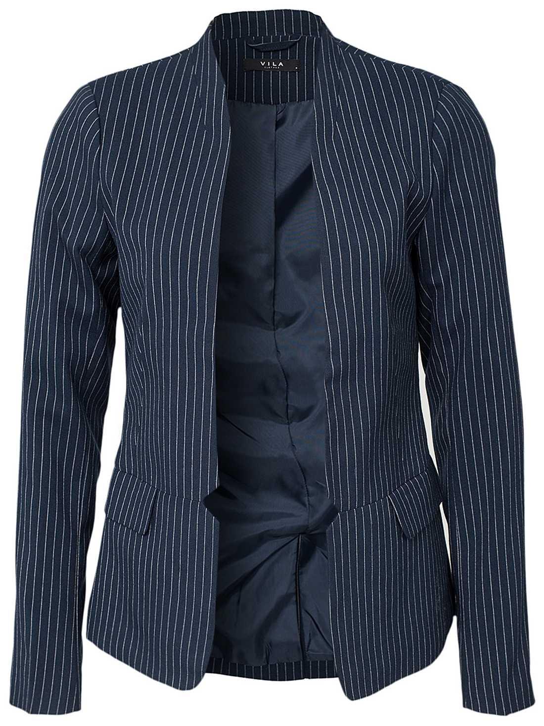 4. Kritstrecksrandig kavaj kombinerat med en T-shirt och jeans är en ultimat look för kontoret.