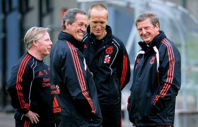 Roy samtalar med personer ur Liverpools lagledning.