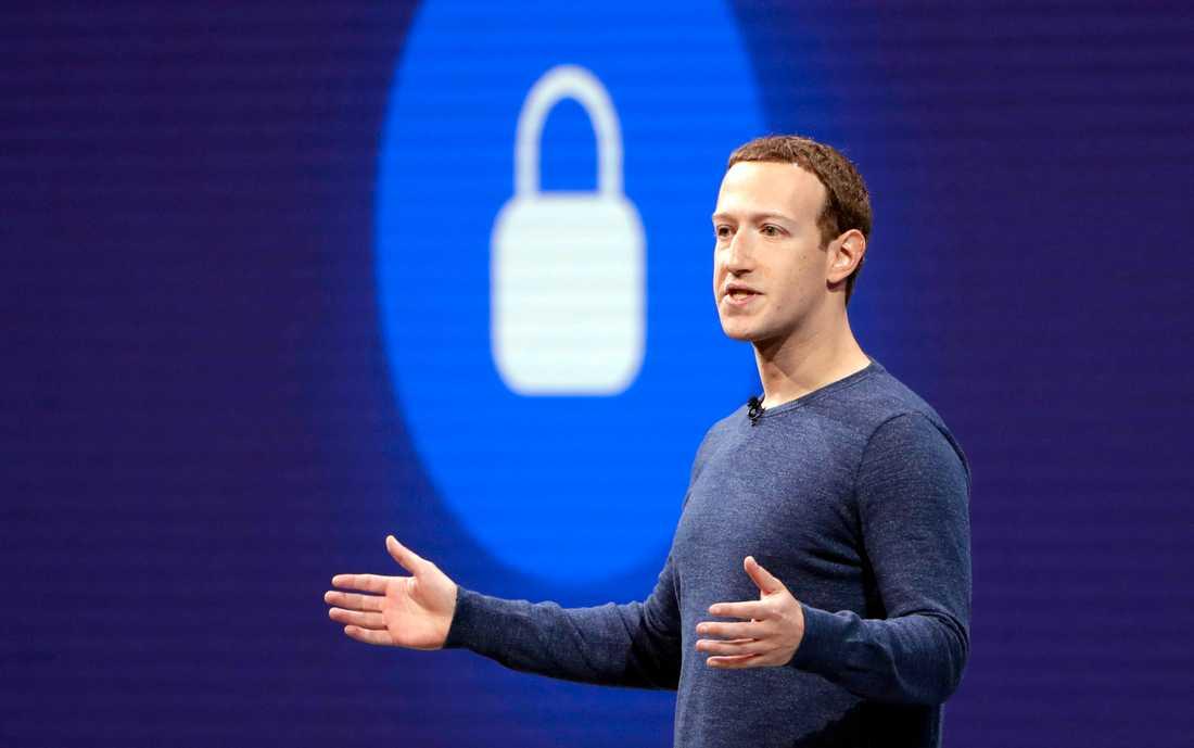 En ny undersökning visar att många svenskar är skeptiska till hur sociala medier, likt Mark Zuckerbergs Facebook, hanterar personlig information – ändå fortsätter en klar majoritet att använda tjänsterna dagligen. Arkivbild.