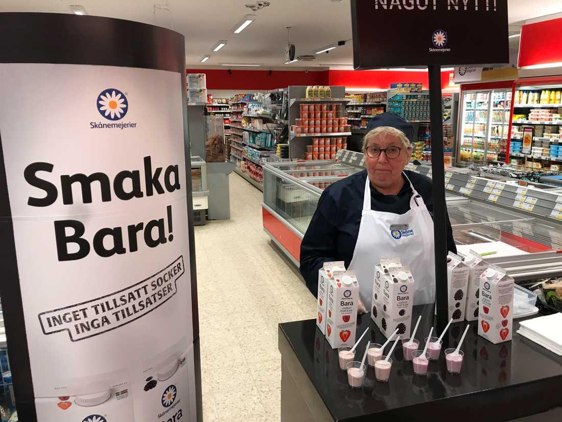 Innan pandemin slog till extrajobbade Ulla i olika matbutiker. Hon är pensionerad tandsköterska.