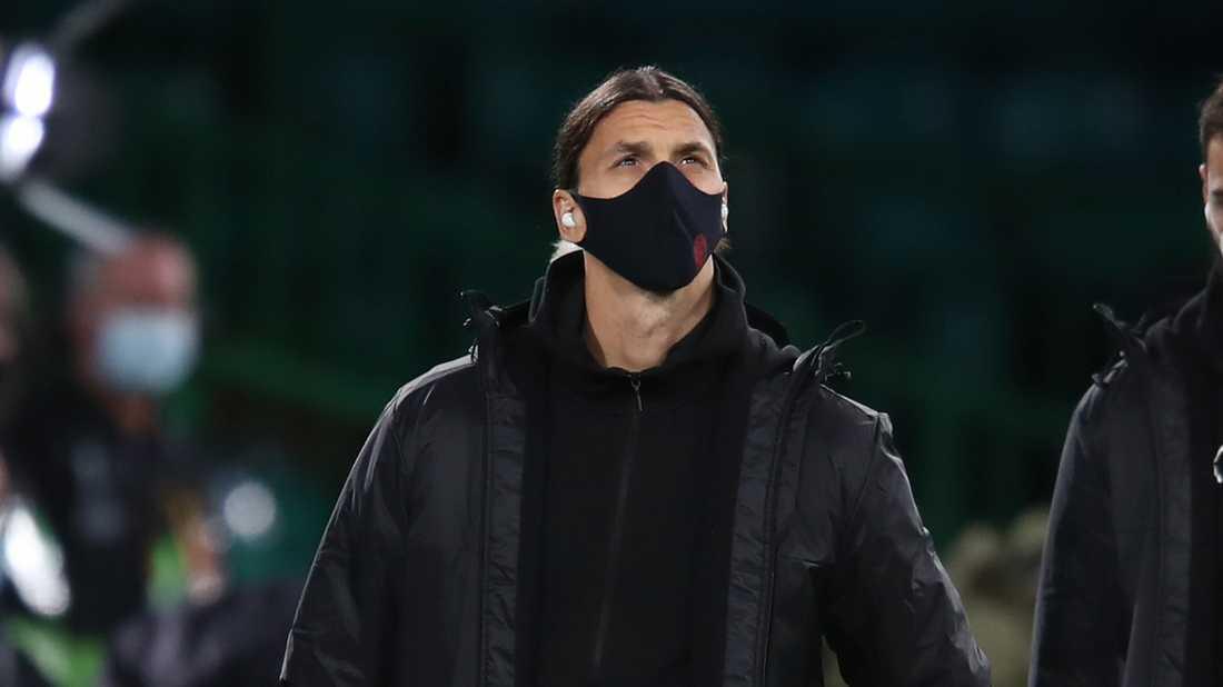Zlatan Ibrahimovic har föredömligt på sig en ansiktsmask. Arkivbild.