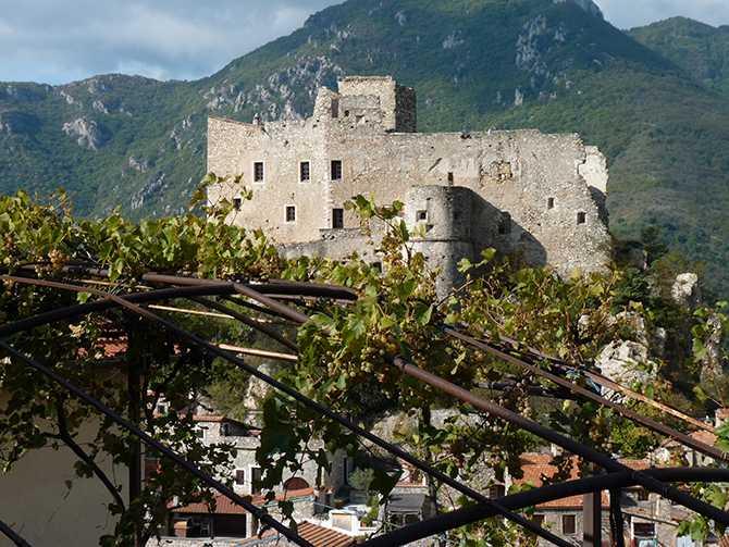 Upplev bergsbyar och badorter i Italien som få känner till.