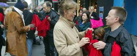 Aftonbladets medarbetare delade ut röda tröjor på stan som symbol för stödet för Burmas munkar.