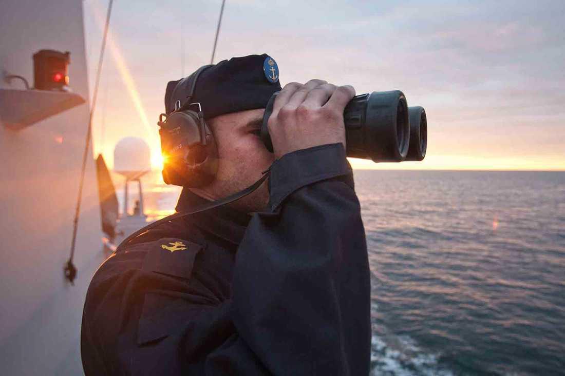 Bild från HMS Malmö. Sjöman håller utkik från signalbryggan.