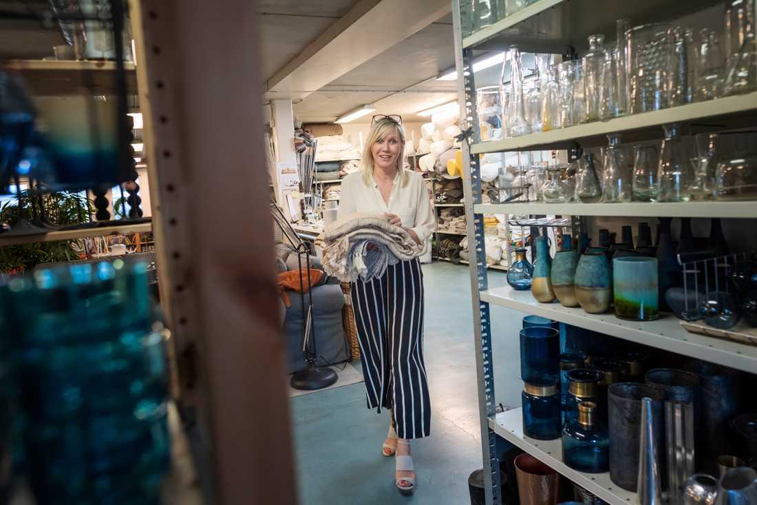 Ann Holms lager av inredningsprylar innehåller all rekvisita som behövs för att skapa en scen för en fiktiv familj som bor i bostaden.