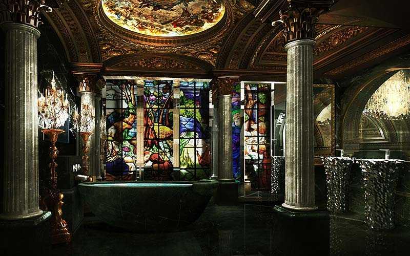 Badrummen har ett marmorbadkar som rymmer upp till åtta personer