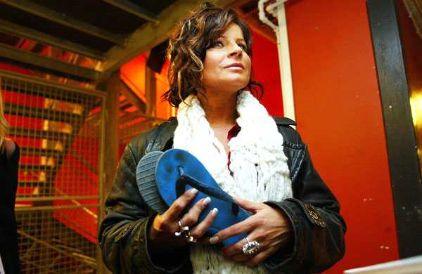 Carola har länge engagerat sig för fadderverksamheten. Här i samband med Faddergalan 2003 då hon bytte skor med sitt fadderbarns mamma. Klicka för större bild.