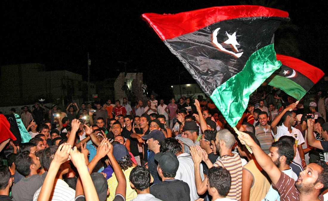 Anti-Gaddafi-rebeller i Tripoli-förorten Tajura firar att rebellstyrkorna tagit kontroll över området som en del i intagandet av den libyska huvudstaden Tripoli på måndagsmorgonen.
