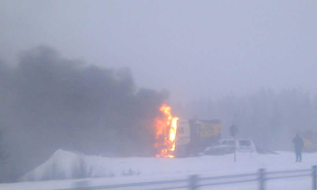 En lastbild brinne rpå E4.