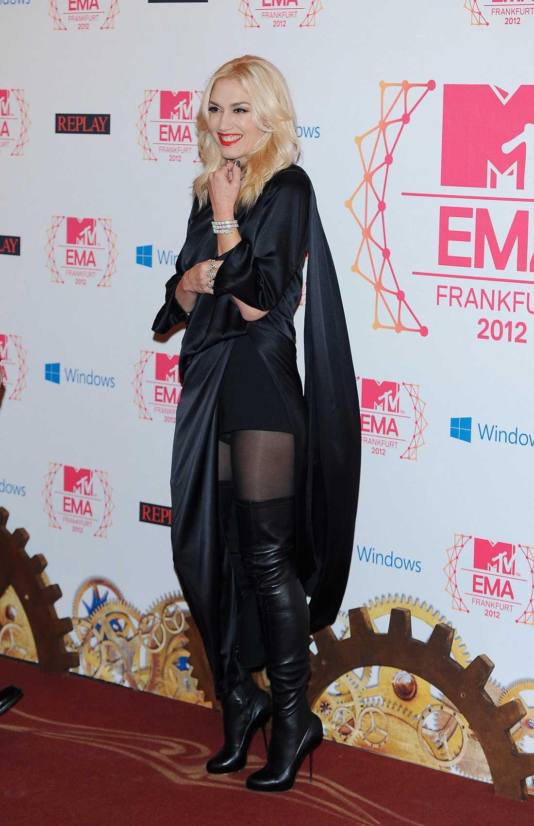 Gwen Stefani strålade i sin helsvarta look och självklart matchat med glamoröst röda läppar.