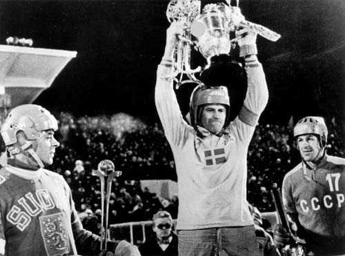 Chabarovsk, 1981 Sören Boström höjer bucklan för det historiska första svenska VM-guldet   som dessutom vanns på sovjetisk is i Chabarovsk, Sibirien.