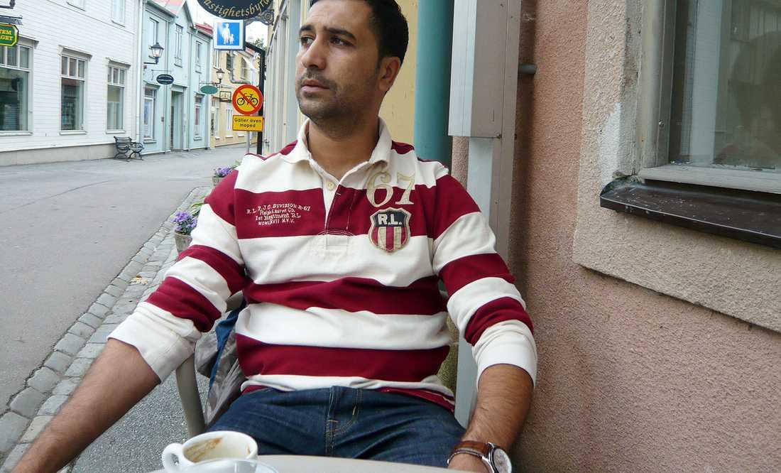 Mohamed Belkaid på en uteservering i Sigtuna. Belkaid sköts ihjäl vid en terrorräd i Bryssel med en kalajsnikov, IS-flagga och bok och extremistisk litteratur vid sin sida.