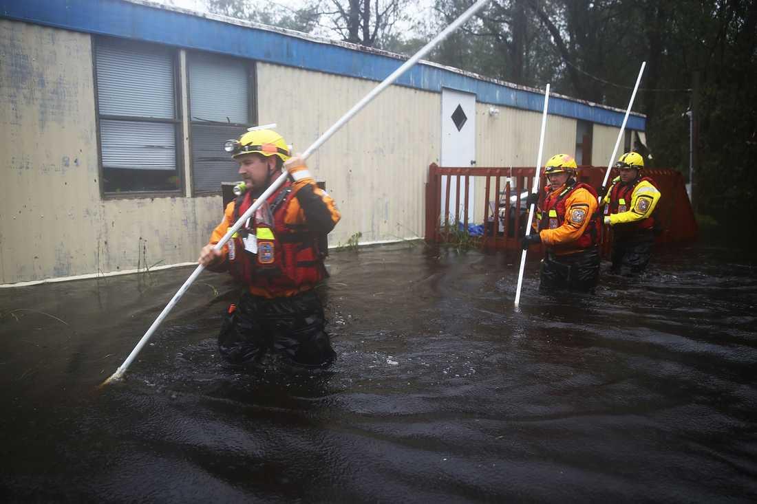 Räddningspersonal undersöker översvämmade bostäder i Bolivia i North Carolina.