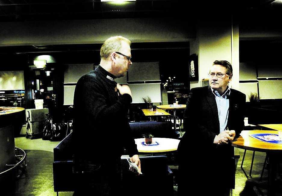 Hotade lämna presskonferensen Per-Erik Johnsson såg svart när Linköpings pressvärd Rolf Johansson (till höger) sa fel efternamn. Det är inte första gången det händer. Luleås pressvärd gjorde samma misstag i fjol.