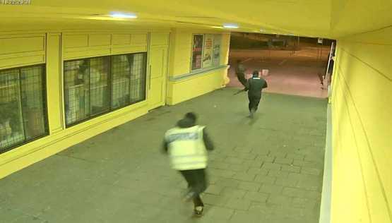 Efteråt ses tre gärningsmän fly mot Vårvädersgatan.