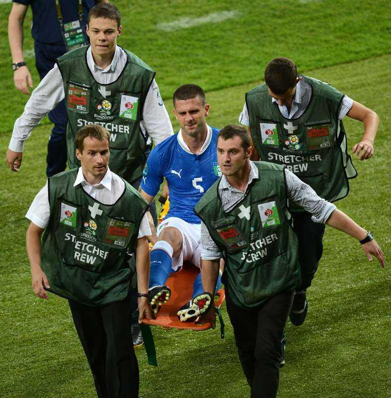 Thiago Motta bärs ut på bår.