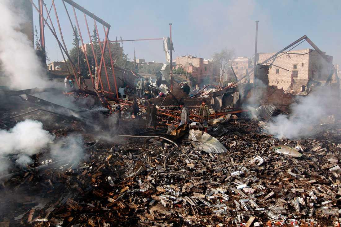 Ett av den saudi-ledda koalitionens bombmål –en textilfabrik i Jemens huvudstad Sanaa.