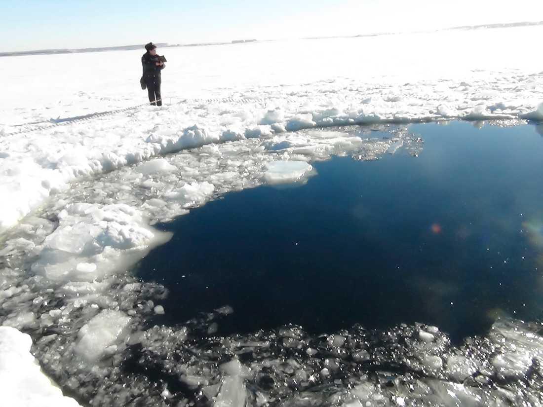 Närbild av nedslagsplatsen. Just nu är flera dykare på plats för att finkamma botten efter svindyra diamanter.
