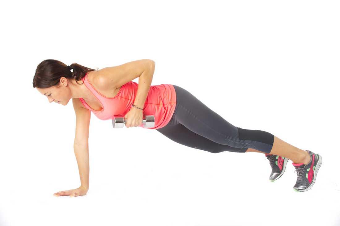 Lyft höger hantel mot bröstet och se till att inte rotera i överkroppen. Sänk hanteln till start och upprepa. Se till att ryggen är rak i hela övningen genom att suga in naveln mot ryggraden. Jobba i 45 sekunder och byt sedan arm nästa vända.  Tränar: Rygg, bål.  Tips: Tänk dig att du har ett ägg mellan skulderbladen när du jobbar. Knäck det!