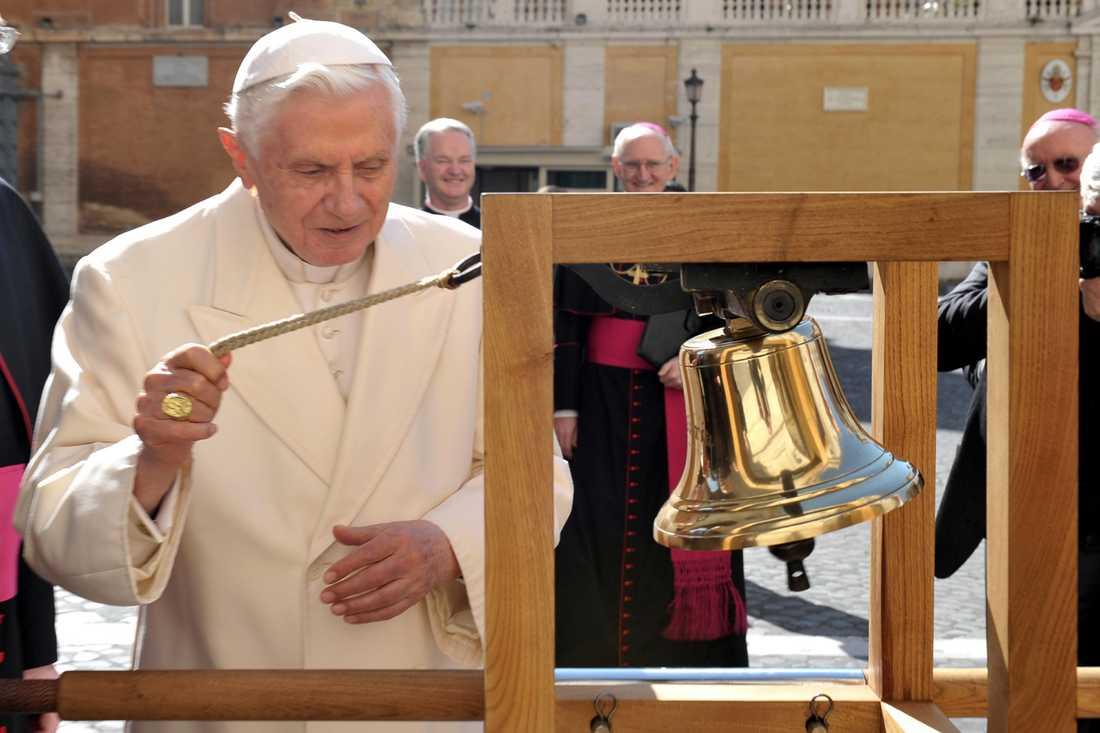 Påven ringer i en klocka.