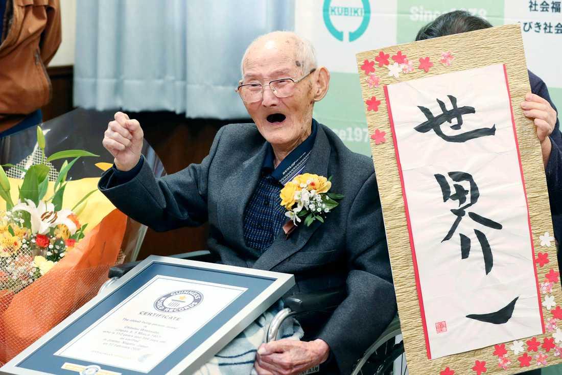 Chitetsu Watanabe höjde näven i en segergest när han utsågs till världens äldste man den 12 februari.