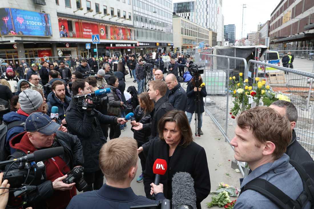 Miljöpartiets Isabella Löfvin på plats och intervjuas av medier