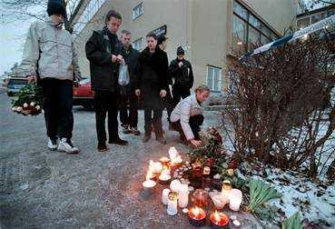 SKOLA I SORG Stämningen på skolan där 16-åringen sköts var dämpad dagen efter dödsskjutningen. Kamrater till den mördade eleven hade samlat blommor och tänt ljus utanför entrén.