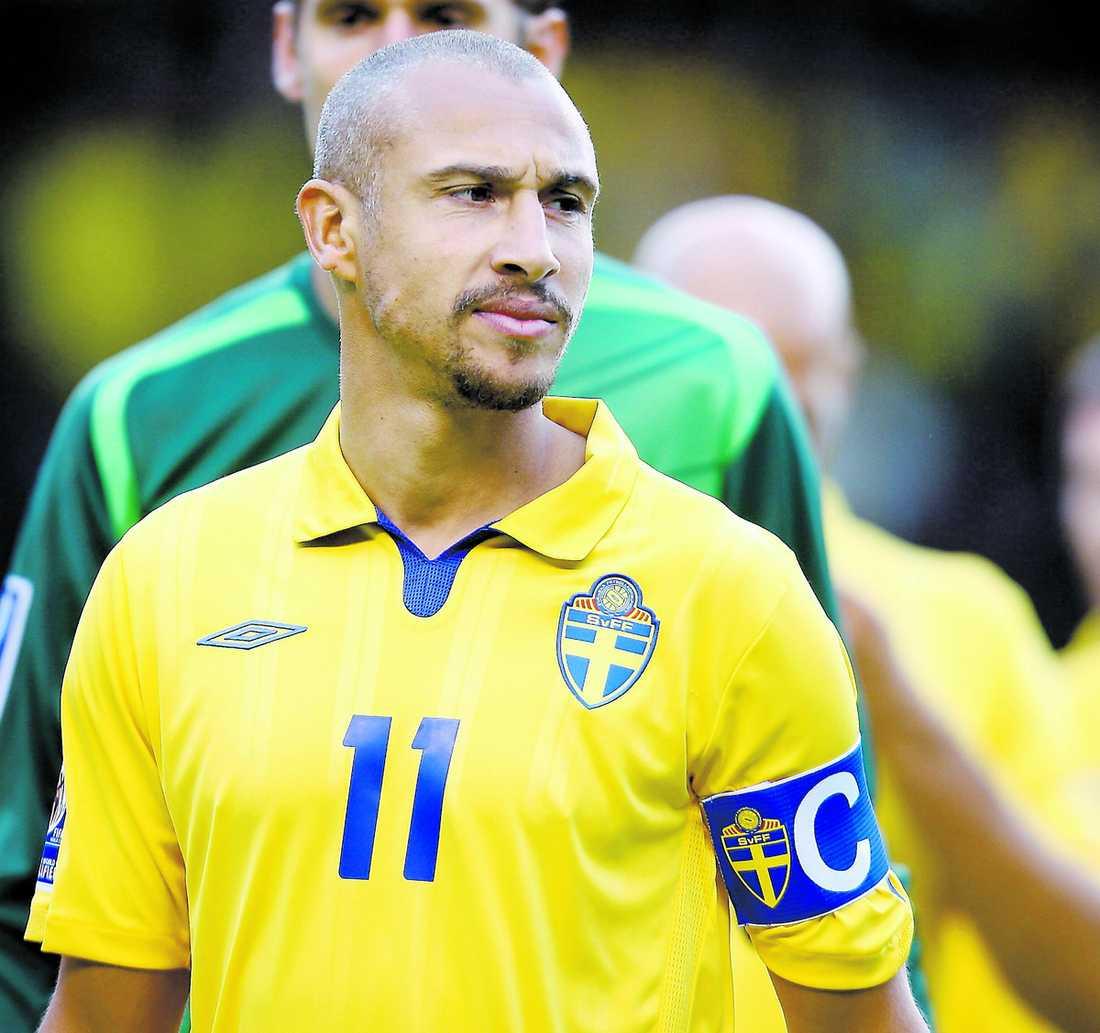 drabbad av tragedi Henrik Larsson fick beskedet om broderns död direkt efter Sveriges match mot Danmark. Då tröstades han av familj och lagkamrater.