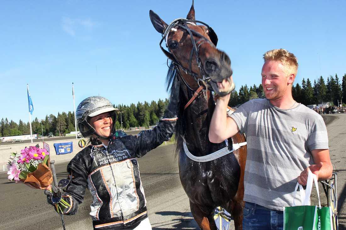 Emilia Leo, Sign Me Up Too och Oskar Kylin Blom efter V75-seger nummer två.