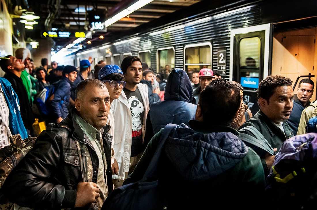 Migranter anländer till Stockholms centralstation i september 2015.