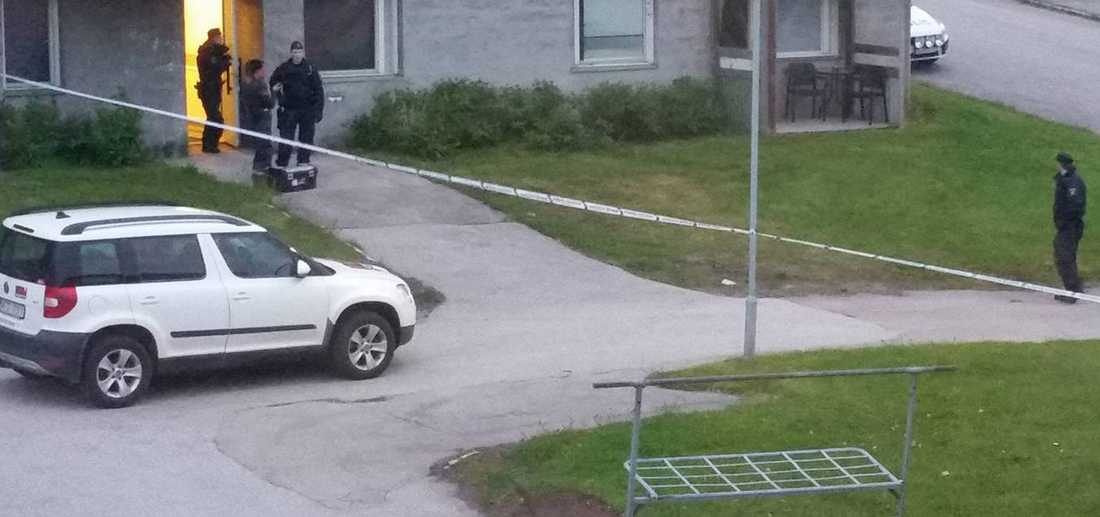 Polisen har spärrat av vid adressen och tekniker undersöker platsen.