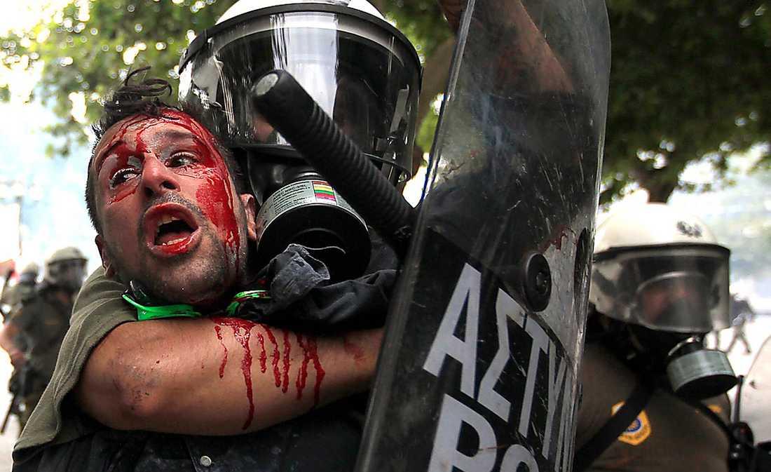 vem dödade eurodrömmen? En demonstrant i Aten grips av kravallpolis vid protesterna mot de åtstramningar som regeringen beslutat om. Greklandskrisen förvandlar drömmen om den gemensamma euroekonomin till en mardröm.