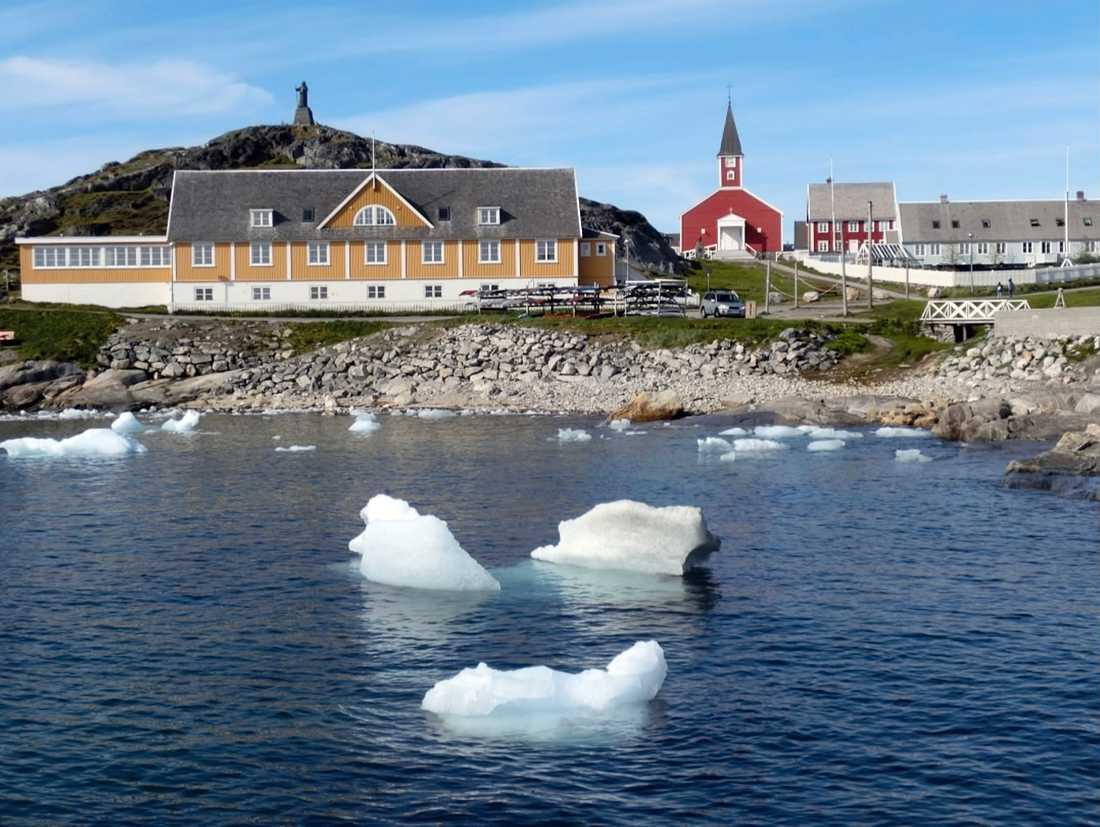 Små isflak flyter i vattnet utanför Nuuk, Grönland, under förra sommaren.