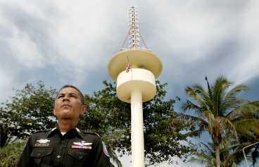 Turistpolisen Saton Sookraaj visar varningstornet på Patongs strand. Vid en jordbävning ute till havs sänds signaler till en satellit, som i sin tur sänder vidare signaler till masten. Via en stark siren larmas turisterna i området.