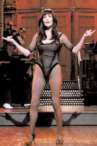 """Nätstrumpor igen Catherine Zeta-Jones gör parodi på sig själv som dansflicka i """"Chicago"""". I flera sketcher dyker hon upp som vilsen CNN-reporter."""