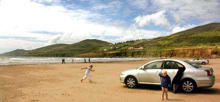 Erik Starkenberg, snart 5 år, och Stina Starkenberg, 8, leker på stranden på Dinglehalvön medan pappa Niklas Fröjd fixar i bilen.