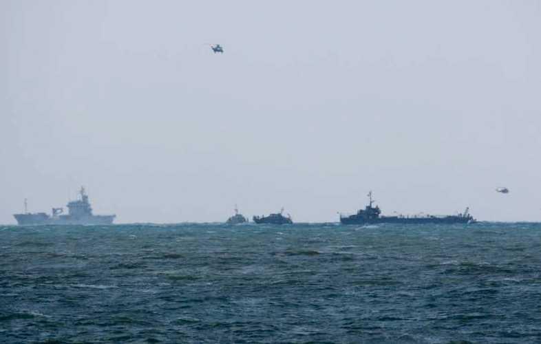Helikoptrar och FN-styrkor från Libanon söker efter överlevande i havet.