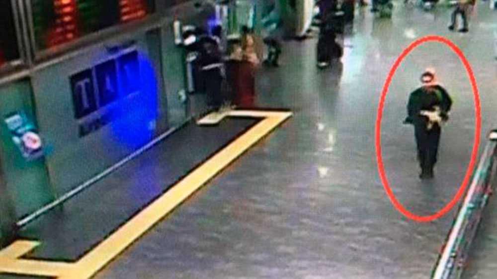 Övervakningsfilmen uppges visa en av terroristerna inne på flygplatsen.