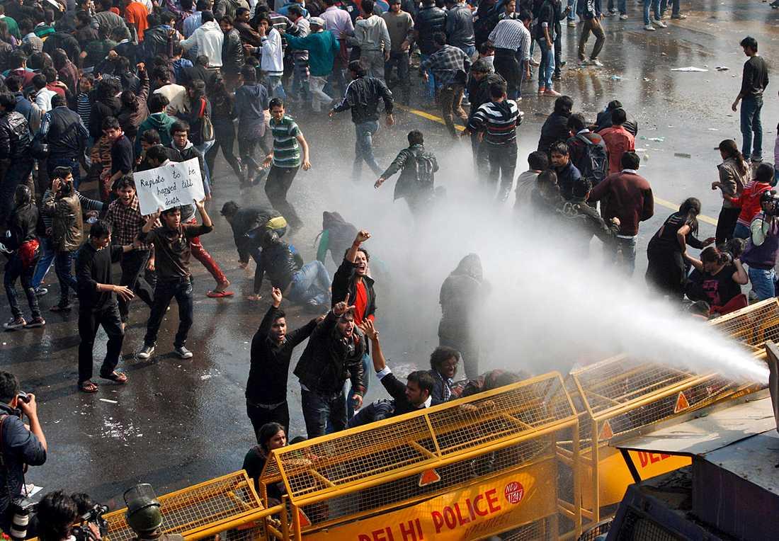 Vattenkanoner sattes in mot demonstranterna under en tidigare demonstration.
