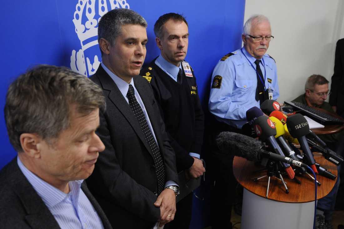 """Säpo: Vi kan ha missat Säpo och polisen höll gemensam presskonferens på söndagsförmiddagen med anledning av självmordsdådet. """"Det är möjligt att vi kan ha missat något"""", sade Anders Thornberg på Säpo. Han sade också att man utreder sprängningen som ett terroristbrott."""
